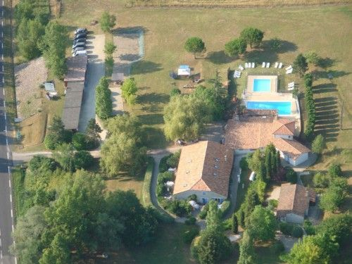 Ensemble de 12 gîtes à vendre en Lot et Garonne (région des bastides), avec 2 piscines et aires de jeux. Villeneuve sur Lot, région Aquitaine.