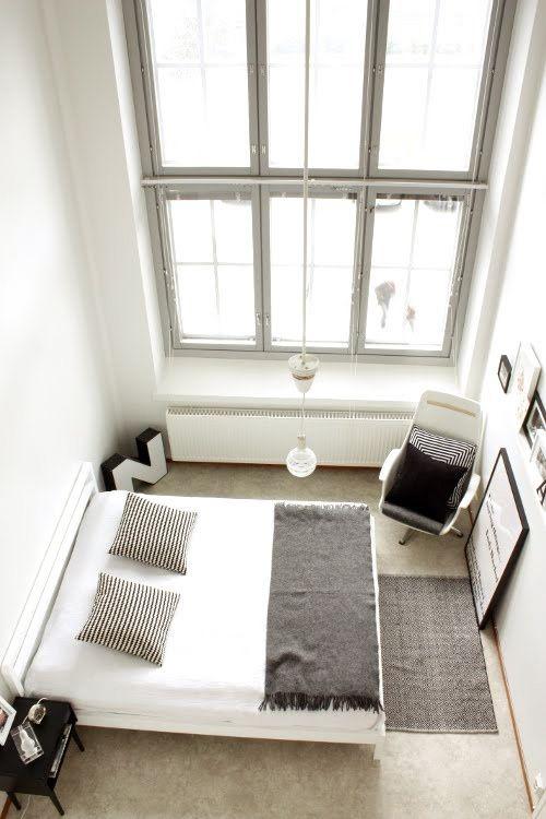 korkea katto, ikkunat, betonilattia ja kapea huone