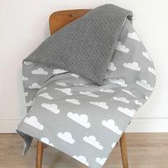 Grande couverture bébé de style scandinave avec motifs nuages, de la douceur, beaucoup de bonheur !