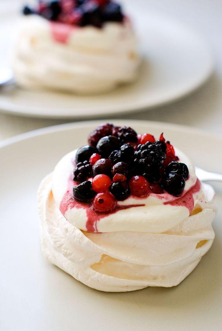 De l'onctueux, du délicat, du tendre... Une recette à base de meringue : des mini pavlovas aux fruits rouges. Un dessert d'origine néo-zélandaise...