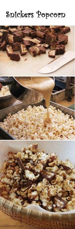 Snickers Popcorn! Klingt so lecker wie es aussieht. Einfach Snickers kleinschneiden, in einem Wasserbad schmelzen und über die Popcorn geben - fertig ist die süße Verführung.