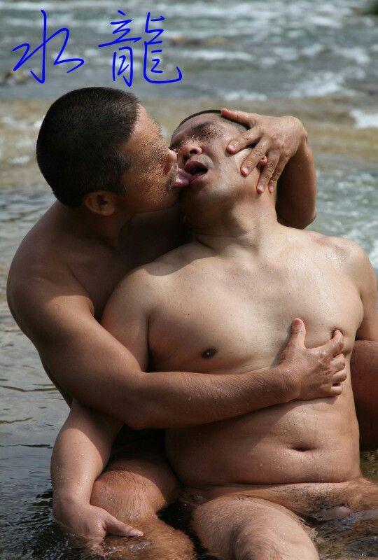 ヒゲ中年男性に乳首を弄りながらヘラをナメられる肉体男