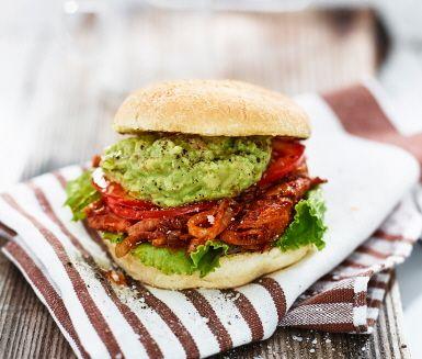 En härlig vegoburgare med pulled oumph och avokadoröra smaksatt med lime och jalapeno som ger lite sting. Bygg ihop din burgare med tomat, saltgurka och krispig sallad. Snabblagad mat när den är som bäst. Hugg in och njut.