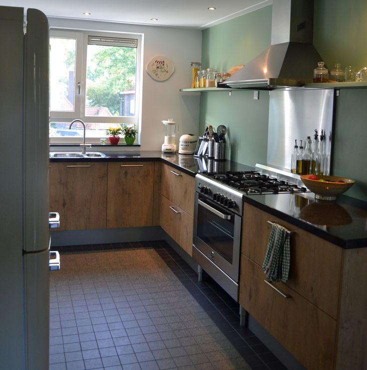 Ontwerp Binnenkijken Interieuradvies. Retro, blauw, groen, keuken. Winckelmans tegels. Smeg koelkast. Blue, green, kitchen. Jaren '50, fifties.