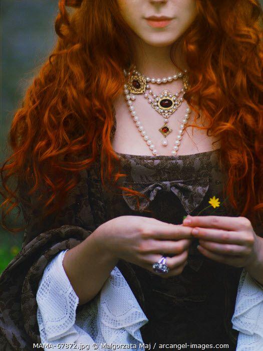 Leena no desea joyas... lo cambiaría todo por un simple broche con cabeza de oso.
