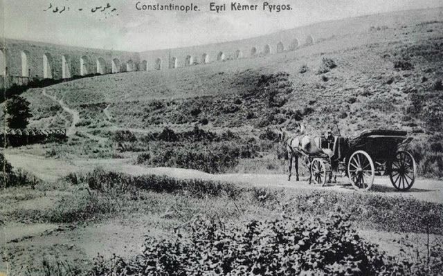 Mimar Sinan Eserleri-Kavuk (Eğri) Kemer İstanbulun Eyüp ilçesinin Kermerburgaz mevkiinde yer almaktadır. Mimar Sinan tarafından inşa edilen su kemerinin yapımı 1554 yılında başlanmış 1564 yılında tamamlanmıştır. Bizans Dönemi altyapıları kullanılarak inşa edilmiştir. Yapının altından geçen asfalt yol sayesinde ulaşım çok kolaydır fakat Su Kemerinin bitişiğinde yapılan Hamidiye su fabrikası sebebiyle tamamı gezilememektedir. Eğri kemer isminin sebebi