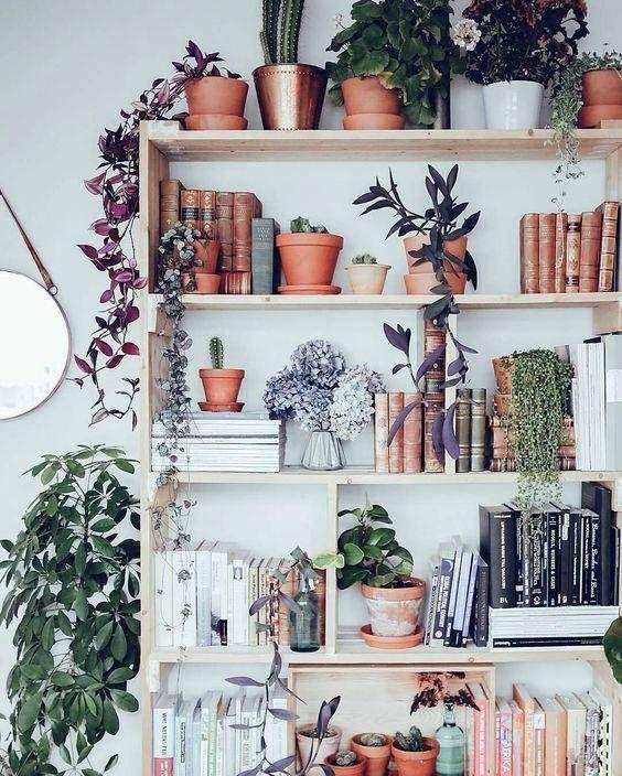 30 idées déco pour aménager sa bibliothèque - Mixer livres et plantes vertes? Une idée à copier pour créer une jolie harmonie. © Pinterest Domino Magazine