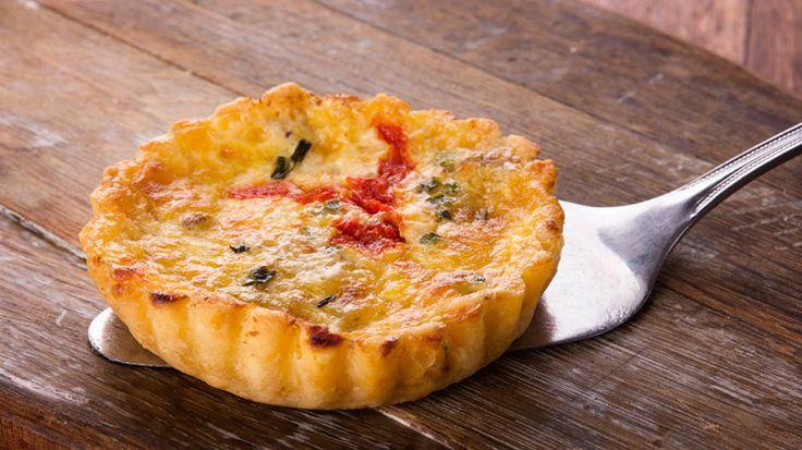 Dit zijn hele gezonde én onweerstaanbaar lekkere taartjes! Het recept is geschikt voor 6 taartvormpjes (Ø 7 cm) Ingrediënten paprika-schapenkaastaartjes Voor het deeg: 300 g speltbloem (type 630) ½ tl zout 150 g koude boter 1 ei Boter voor de vormpjes Bloem voor het werkblad Voor het beleg: 2 paprika's (rood en oranje) 60 g…