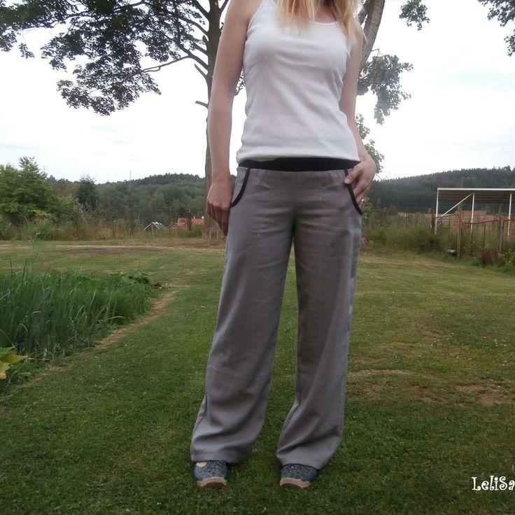...lněné kalhoty v šedém...od Lelisy Kalhoty jsou ušity z novinkové lněné látky, pas je všit do úpletu. Na předním dílu jsou všité kapsy. Lněná látka v barvě šedé je velmi kvalitní s obsahem viskózy, zatím nejlepší, s jakou jsem měla možnost pracovat. Je hustě tkaná, vyšší gramáže a přitom krásně lehounká, měkká. Mírně pruží, i když ...