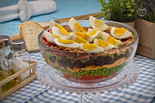 L'insalata 7 strati è un classico della cucina degli USA, una ricetta fresca e gustosa composta da 7 semplici ingredienti.