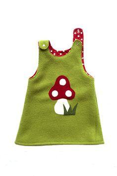 Pilz Aplikation auf grünem Kleid