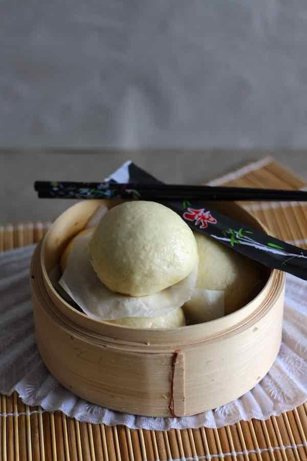 Mantou (petit pain traditionnel chinois cuit à la vapeur. Il se consomme nature ou farci de viande de porc ou de légumes)