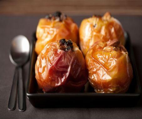 Manzanas asadas rellenas de frutos secos: hoy prepararemos un postre clásico y muy fácil de hacer, una forma deliciosa de disfrutar de la fruta. http://www.chefplus.es/receta/manzanas-asadas-rellenas-de-frutos-secos