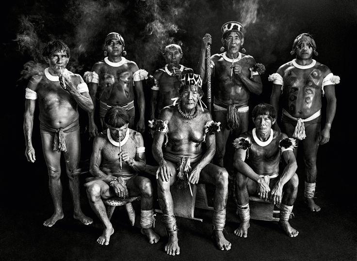 Xamãs da tribo camaiurá da baciado Alto Xingu, no Mato Grosso (2005) - Sebastião Salgado