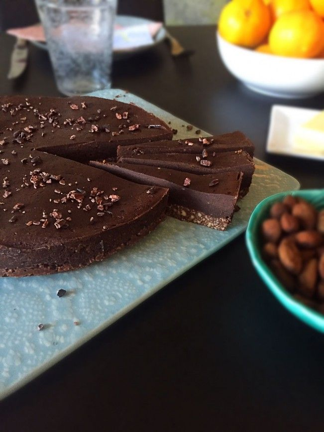 Raw chokoladetærte - fyldig og intens chokoladesmag med 100% naturlige ingredienser. Opskrift her --> Madbanditten.dk
