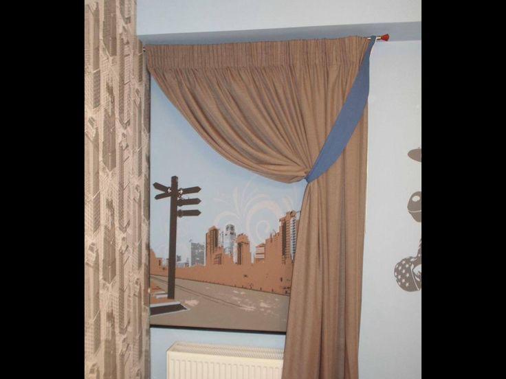 Ρολερ σε ψηφιακή φωτογραφία σε συνδυασμό με κουρτίνα για ένα παιδικό υπνοδωμάτιο.