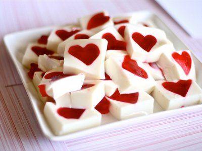 Gelatina Mosaico de Corazón | Esta receta de gelatina blanca con un corazón rojo queda muy linda para compartirla a la hora de postre ya sea en una fiesta infantil o simplemente para consentir a la familia. Verás que fácil y práctica es de preparar.