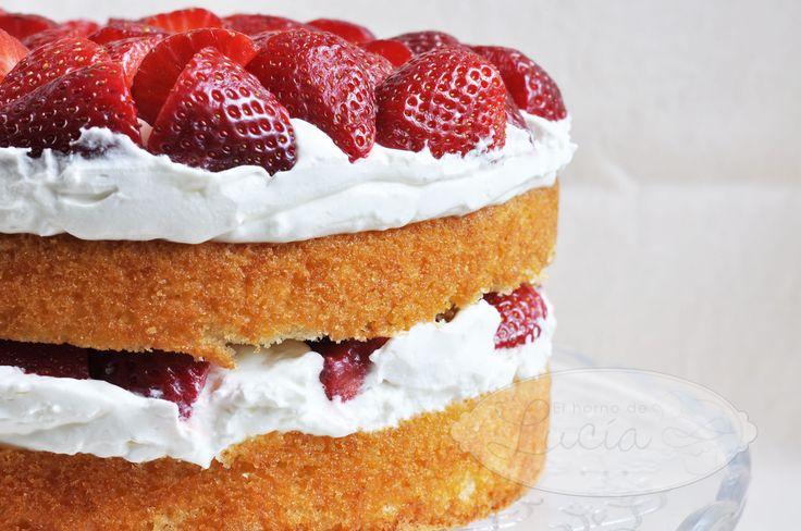 Hoy os traigo una tarta que me parece muy primaveral, con fruta propia de esta estación, con un colorido intenso y con un sabor, mmm, buenísimo. Esta receta pone a las fresas como reinas coronando …