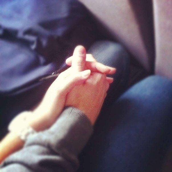 Крепко держаться за руки с парнем