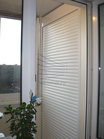 Рольставни на балконе в шкафы  Адрес: Россия, Москва, Алтуфьевское шоссе, 97 Рольставни на балкон хорошо подойдут для закрытия полочек, создавая своего рода шкаф. При этом они придадут балкону аккуратность и не будут занимать место. Удобный доступ к шкафу так ка�