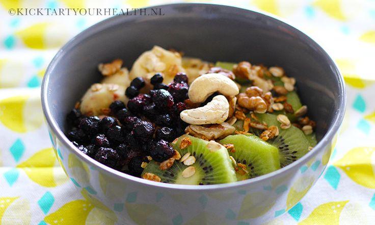 Gezond ontbijten met deze eenvoudige, snelle gezonde rauwe muesli bowl van fruit, granen en noten! Veganistisch, glutenvrij, vocht-vrij & suikervrij.