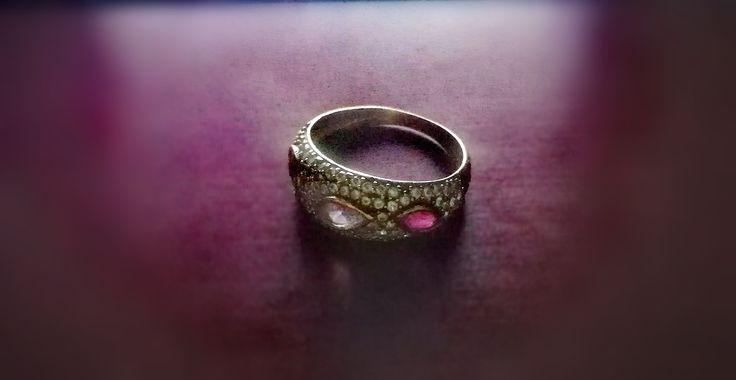 Aveam pe acasa cateva bijuterii stricate, printre care si inelul preferat. Si tot cautam un loc ok unde sa le repar si eventual nu in celalalt capat al Bucurestiului. Dorinta mi-a fost indeplinita: https://www.korydeea.com/2017/11/atelier-de-reparat-bijuterii/