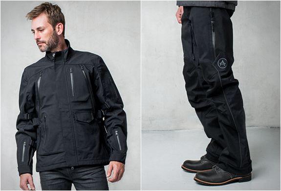 Aether lançou sua novacoleçãoparaPrimavera 2015 de roupas de motociclistas, uma linha Expedition elegante de acessórios para motociclistas de aventura, projetado para viagens de longo curso. TheExpedition Moto Jacket