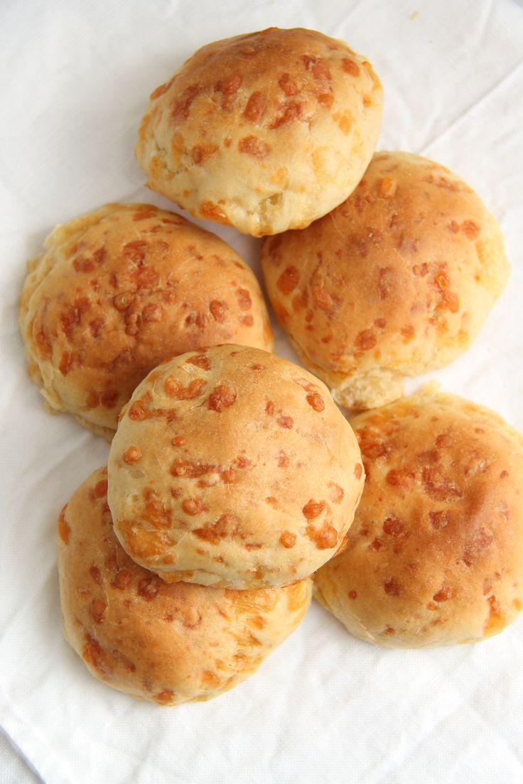 Osteboller er luftige og lette rundstykker, bakt med revet ost inni. Disse er perfekte som tilbehør til lunsj -og enkle middagsretter. Server med smør, gjerne ved siden av supper og salater. De smaker også godt til lunsj med pålegg. Ostebollene lages på 1-2-3 og blir ekstra saftige og luftige med smeltede ostebiter inni og på …