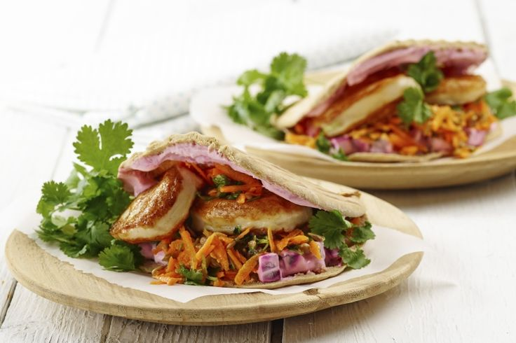Fiskekaker og råkost i pita Så enkelt og raskt kan det gjøres! Sunt, grønt – og veldig godt. 223 g grønnsaker og 654 kcal pr. porsjon (voksen).