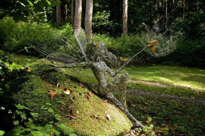 figurine fil de fer, sculpture dans la forêt mystique
