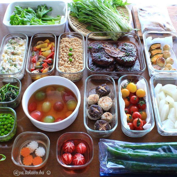 常備菜post🍽 今週の #家事貯金 ♪ と下準備 ・ -*-*-*-*-*-*-*-*-*-* ・ 《上段左から》 ・ 1、レタス 50度洗い(お弁当仕切りやサラダ用) 2、水菜50度洗い(サラダ、生春巻き用) 3、手羽中 唐揚げの下味つけ 4、マヨグルトのポテサラ 5、パプリカのバジルマリネ 6、鶏そぼろ 7、煮込みハンバーグ 8、かぼちゃとペコロスのバルサミコグリル 9、ほうれん草胡麻和え 10、グリンピースの甘煮 11、お出汁トマト 12、椎茸in鶏つくね 13、ミニトマト(50度洗い) 14、大根下茹で 15、飾りにんじん&大根 甘酢漬け 16、ラディッシュ飾り切り 17、ピリ辛きゅうりの漬物(下準備) ・ -*-*-*-*-*-*-*-*-*-* ・ いつもと違うアングルの作り置きでおはようございます🌞今更投稿になってしまったけど、今週の家事貯金 ・…