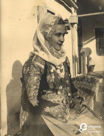 Α/M φωτογραφία γυναίκας με φορεσιά Μεγάρων. Συλλέκτης: Peloponnesian Folklore Foundation Ίδρυμα: Europeana Fashion www.europeanafashion.eu