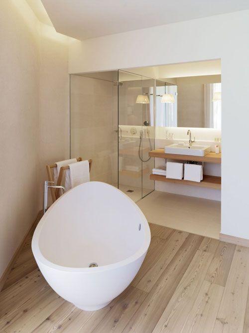parquet, baignoire ovoïde, douche à l'italienne et lavabo bois et faïence blanche