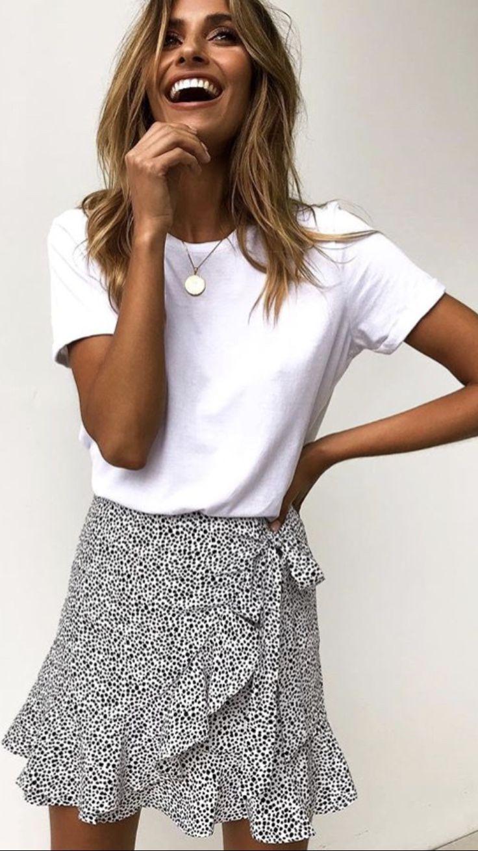 Mini jupe portefeuille et t-shirt blanc basique  #basique #blanc #portefeuille #…