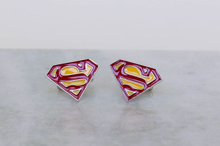 Superman cufflinks at www.manschettbutiken.se - We ship worldwide! #cufflinks #manschettknappar #manschettbutiken #superman #stålmannen #superhjälte #menswear #mensfashion #julklapp #julklappstips
