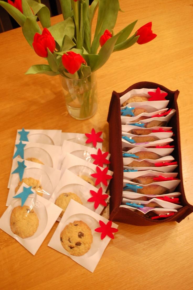 Traktatie-idee: zelfgebakken koekjes in CD-hoesjes met versiering (op achterkant leuke sticker met naam en leeftijd)
