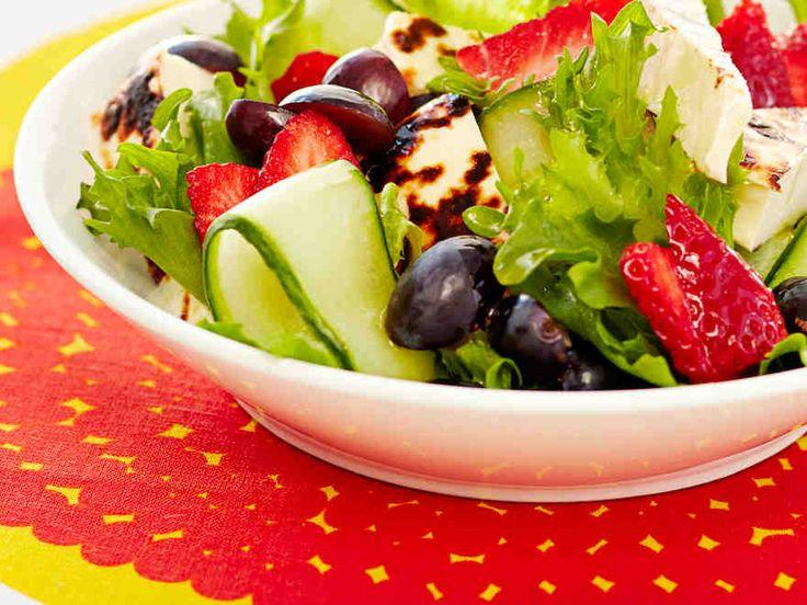 Kesäinen leipäjuustosalaatti kruunataan mansikoilla. Salaatti sopii hyvin piknikille. http://www.yhteishyva.fi/ruoka-ja-reseptit/reseptit/mansikkainen-leipajuustosalaatti/014149