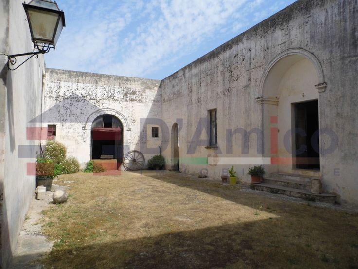 Incantevole Palazzo in piazza a Patù, posizionato ad angolo. Patù (Italia-Puglia-salento) / Enchanting Palace square in Patù, positioned at an angle. Patù (Italia-Puglia-salento)