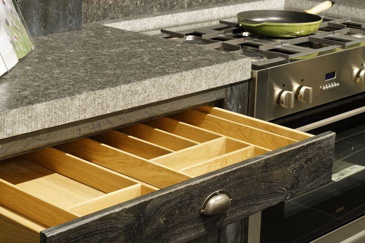 Detail ambachtelijke stoere handgemaakte keuken in hout en natuursteen. Odink Keukens Tynaarlo, http://odinkkeukens.nl/