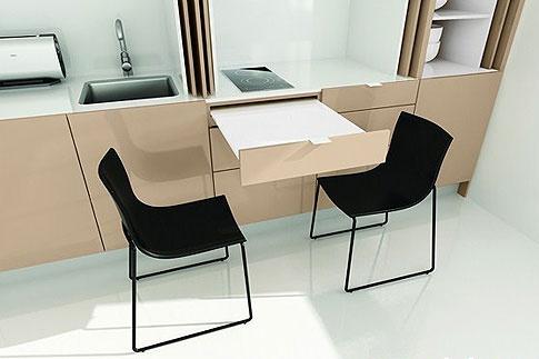 Některé kuchyňské linky do malých prostorů jsou vybavené speciálními vytahovacími jídleními deskami ; indeco