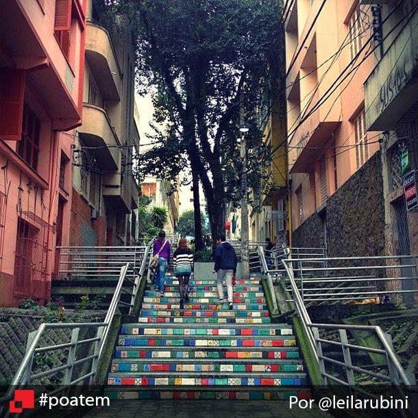 Uma obra de arte ao ar livre e aberto ao público, 24h por dia. Pra quem não conhece, essa é a escadaria 24 de maio, que liga os bairros Centro e Cidade Baixa na capital. E há um ano, os degraus ganharam azulejos coloridos com poesias e depoimentos de moradores, uma obra feita pela artista plástica Clarissa Motta. Vale a pena passar por lá. Escadaria 24 de Maio por @leilarubini #poatem #arte #escadaria #poesia #igerspoa