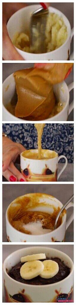Tarta en taza de chocolate y plátano o banana sin gluten.  Ingredientes (para dos tartas en taza): - 1 plátano o banana maduro, - 1/4 de taza (4 cucharadas) de mantequilla de cacahuete (o de cualquier mantequilla de fruto seco), - 1 huevo grande, - 2 cucharaditas de azúcar granulado, - 3 cucharadas de cacáo en polvo sin azúcar.  Machaquen el plátano en la taza con un tenedor. Añadan la mantequilla de cacahuete y mezclen bien.  Añadan el huevo y mezclen con el tenedor hasta que esté bien…