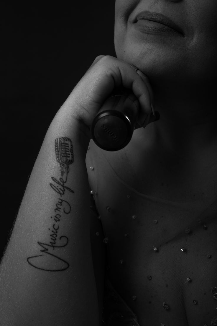 Giselle Café #music #singer #gisellecafe #fortaleza #tattoo #tatuagem #microphone #P&B #blackwhite #brasil #woman