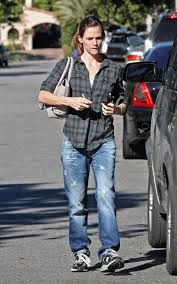 """Jennifer Garner 5'8"""" sporting jeans and tennis shoes - No sore feet! Yippie"""