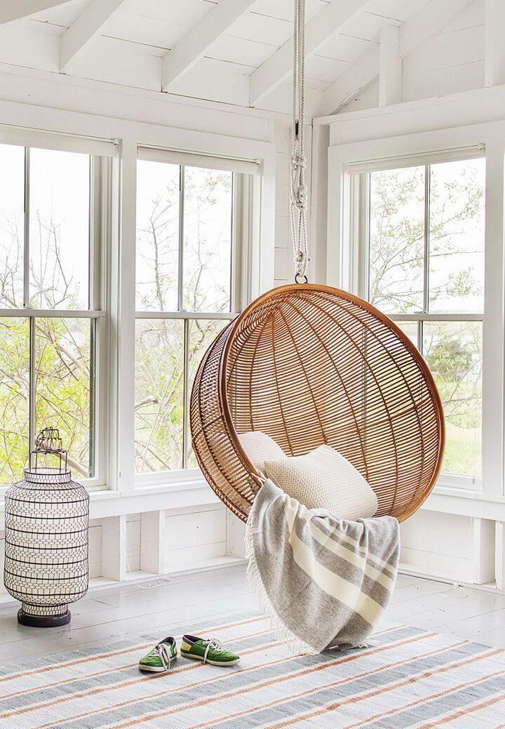 Tendance : le fauteuil suspendu en rotin dans la décoration