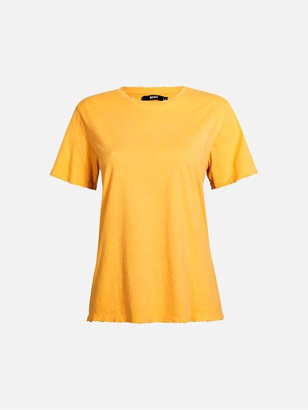 T-skjorte i børstet bomull med slitte kanter ved halsåpning, ermet og nederkant. Løstsittende passform.   Gul