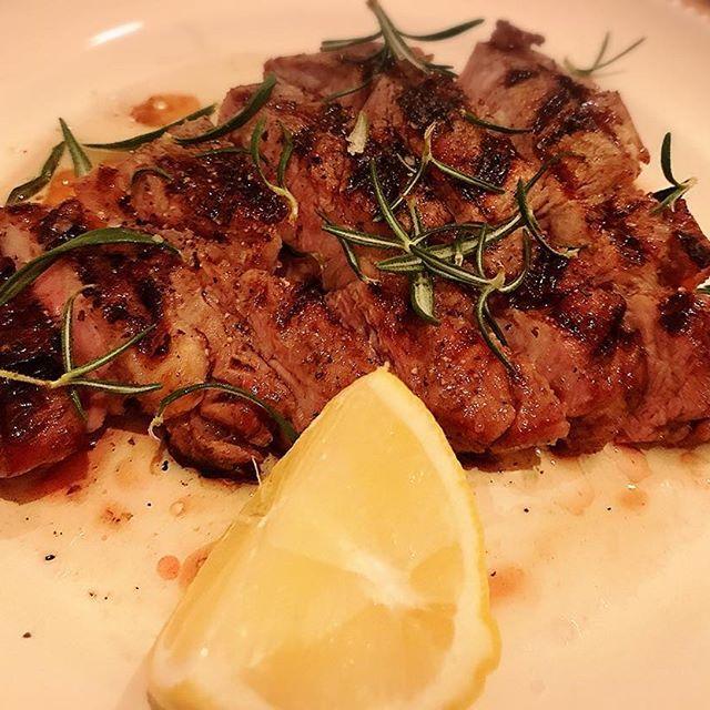 🍖🍖🍖 本日もお肉を…☺️✨ 一回連れて行ってもらってファンになったお店で🇮🇹 前菜7皿+パスタ2皿、そして最後にお肉ぼーん!!! レモンが大きくてお肉の大きさを伝えきれない笑 さすがの私もデザートは無理でした🙅 今日はゆっくり話せて楽しかった😌💕 #京都 #肉 #イタリアン #イタリアンの店名は難しくて覚えられません #熱中症かな #食欲はあるけど
