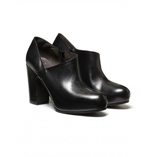 Stylish ankle boot, leather with outer slit. Heel height 10 cm, platform height 2 cm.