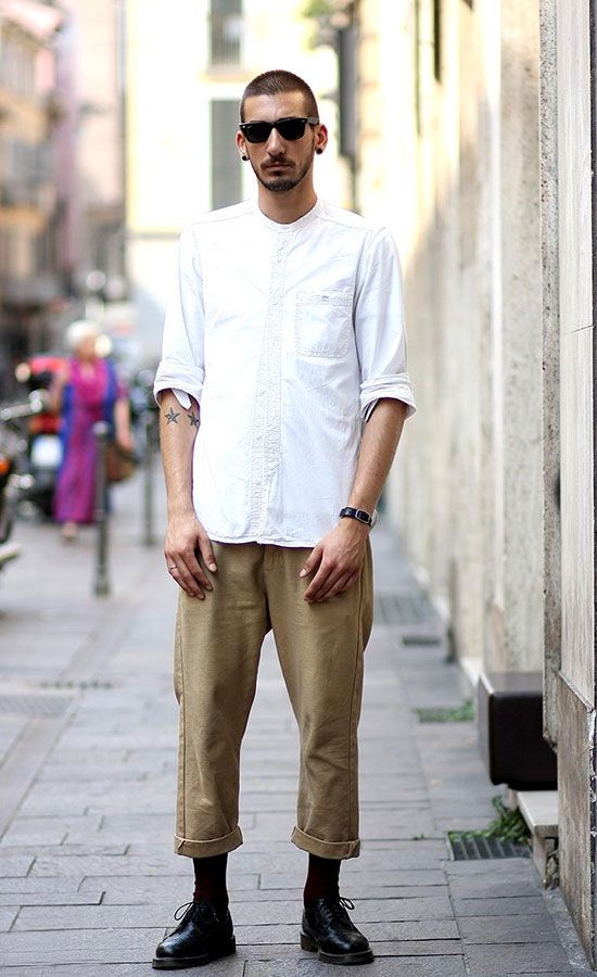 白バンドカラーシャツ×クロップドチノパン×黒ダービーシューズ