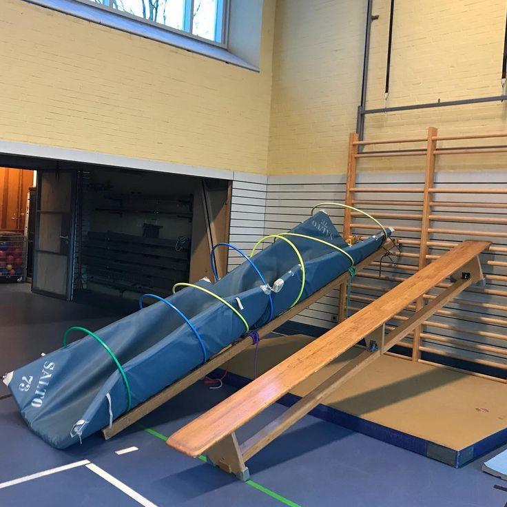 Klettern & Rutschen konnte man heute viel bei unserem Aufbau. Wir haben mal wieder die blauen Matten mit den Reifen drum aufgebaut. Heute haben wir diese an einer Leiter befestigt und in eine Sprossenwand gehängt. Dort konnten die Kinder dann hoch klettern und anschließend auf der Bank runter rutschen. Material: ->1 Leiter -> 2 kleine blaue Matten -> 7 Reifen -> 1 Bank -> 1 große gelbe Matte -> Seile zum Befestigen #kinderturnen#bewegungslandschaft#übungsleiterin#spaß#…